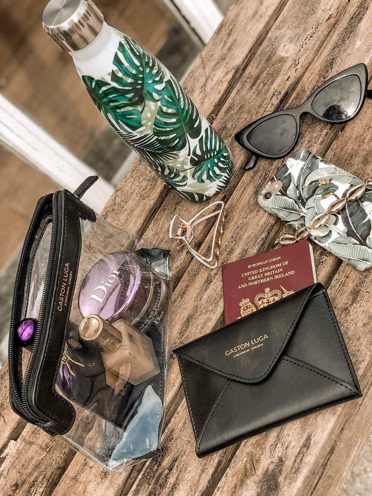 Hand luggage essentials Gaston Luga